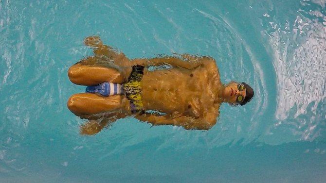 Технику движения ногами при плавании брассом на спине можно улучшить с помощью колобашки